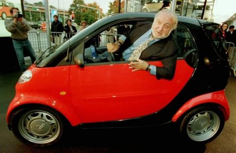Nicolas Hayek dans une voiture Smart